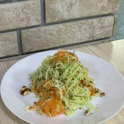 Салат Витаминка (салат с яблоком, морковью, изюмом, грецким орехом и капустой, заправленный оливковым маслом)