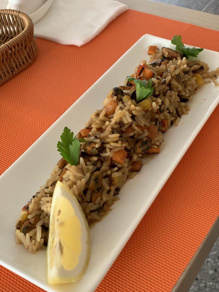 Дикий рис с мидиями и овощами